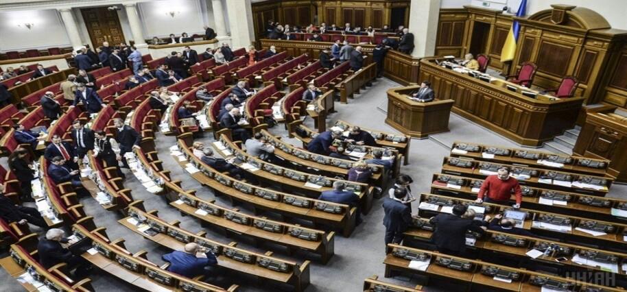 Ukrayna Parlamentosu'nda milletvekilleri ile aktivistler kavga etti
