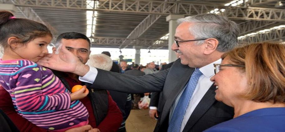 Cumhurbaşkanı Akıncı ve eşi Perşembe Pazarı'nı ziyaret etti