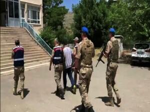 Türkiye'ye giriş yapan PKK'lı terörist ve yardım eden HDP ilçe başkanı yakalandı