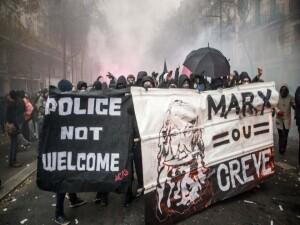 Fransa'da son yılların en büyük grevi: Polis göstericilere göz yaşartıcı gazla müdahale etti