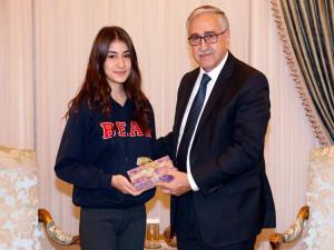 Akıncı, IGCSE Türkçe dalında dünya birincisi olan Berilsu Meral'i kutladı
