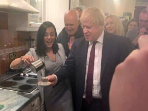 Boris Johnson, Eylem'in elinden Türk kahvesi içti