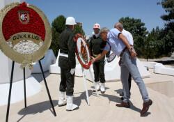 1 Ağustos Toplumsal Direniş Bayramı: Cumhuriyet Parkı Anıtı'na çelen bırakıldı