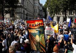 Binlerce İngiliz Boris Johnson'a karşı sokağa indi