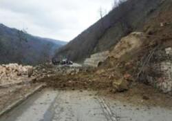 Esentepe-Alevkaya yolu toprak ve taş kayması nedeniyle kapandı