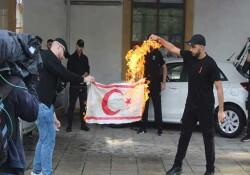 Güney Kıbrıs'ta, KKTC bayrağı yakan ELAM, Özersay'ı hedef aldı
