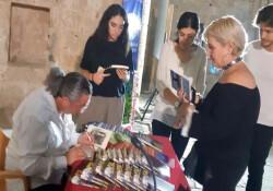 Hasan Çakmak İstanbul TÜYAP'dan sonra Girne'de kitaplarını imzalıyor