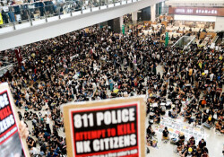 Hong Kong'taki eylemler devam ediyor: Havalimanında uçuşlar iptal