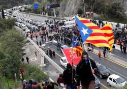 İspanyol ve Fransız polisinden protestocu Katalanlara ortak operasyon
