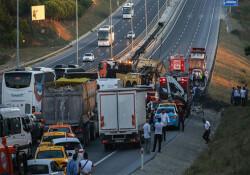 İstanbul Havalimanı yolunda hafriyat kamyonu devrildi, yol trafiğe kapatıldı