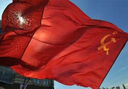 İsveç'te bir belediye binasına Sovyetler Birliği bayrağı asıldı