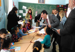 Kıbrıs Vakıflar Bankası'ndan Dipkarpaz İlkokulu'na kitap bağışı