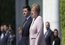Merkel'in güneş altında şiddetli şekilde titremesi korkuttu