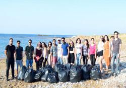 Denktaş Derneği ve Dr. Fazıl Küçük Hareketi Tatlısu'da sahil temizliği yaptı