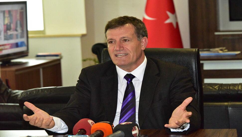 Ο Erhan Arıklı ζήτησε συγγνώμη από τον δημοσιογράφο Muazzez Gazihan για το στυλ του