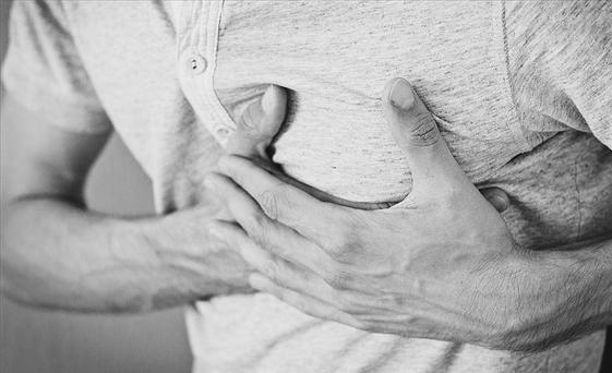 «Ο μακρύς πόνος στο στήθος μπορεί να είναι σημάδι καρδιακής νόσου» προειδοποιούν