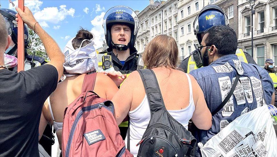 İngilterede aşı ve karantina karşıtlarının gösterisine polis müdahal