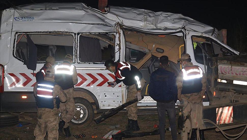 Το μίνι λεωφορείο που μετέφερε το προσωπικό υγείας στο Hatay ανατράπηκε … 1 νεκρός, 7 τραυματίες!